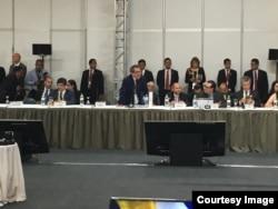 Juan Antonio Fernández Palacios, Representante Permanente de Cuba ante la ONU en Viena, intenta pedir la palabra para interrumpir a Luis Almagro en Lima.