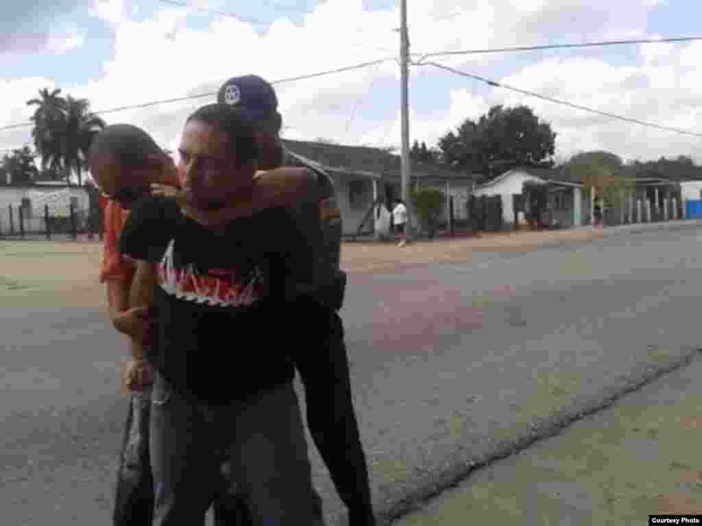 Arresto del pastor bautista Mario Félix Lleonart Barroso en Camajuaní, Villa Clara; domingo 20 de marzo de 2016. Fotos: Yoaxis Marcheco Suárez, cortesía.