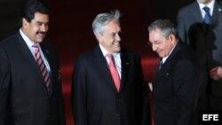 El entonces presidente de Chile, Sebastián Piñera, (c) y el vicepresidente de Venezuela, Nicolás Maduro junto a Raúl Castro el 27 de enero de 2013, tras la cena oficial de la cumbre de la Comunidad de Estados Americanos.