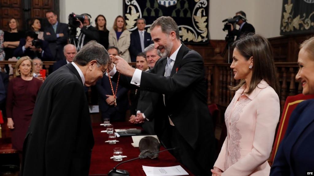 El rey Felipe otorga la medalla del Premio Cervantes al escritor nicaragüense Sergio Ramírez.