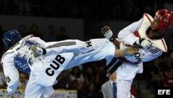 El cubano José Cobas (azul) ganador de la medalla de oro en los 80 kilogramos del taekwondo.