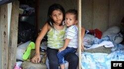 Niños colombianos deportados de Venezuela permanecen en el sector La Parada (Colombia)