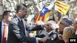 El rey de España, Felipe de Borbón, visita Cataluña, cuando todavía era Príncipe, en 2013. Detrás, banderas independentistas.