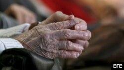 Detalle de las manos de una mujer mayor de edad.