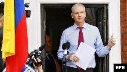 Archivo - El fundador de Wikileaks Julian Assange ofreciendo unas declaraciones desde el balcón de la embajada de Ecuador en Londres (Reino Unido).