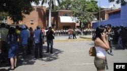 Familiares de reclusos aguardan a las puertas de la Morgue de Barquisimeto, Estado Lara (Venezuela)