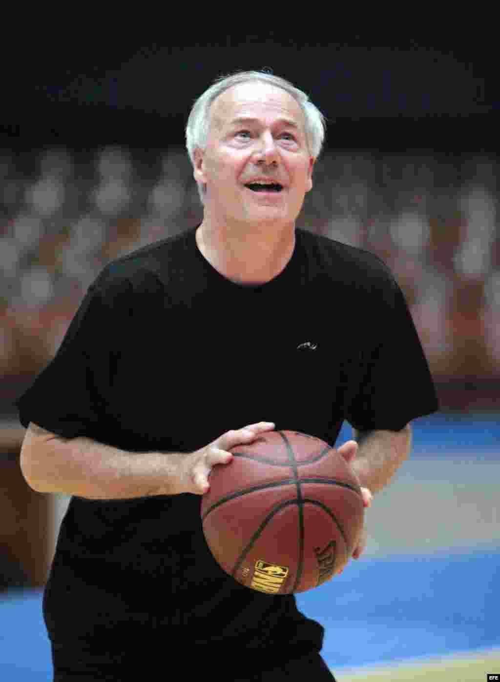 El gobernador de Arkansas, Asa Hutchinson, participa en un juego de Baloncesto en La Habana. EFE