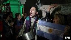 Archivo - Cientos de personas se manifiestan con cacerolas en las calles de Buenos Aires, Argentina.