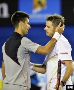 El serbio Novak Djokovic (i) felicita por su victoria al suizo Stanislas Wawrinka.