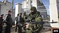 Un soldado armado sin identificar, presuntamente ruso