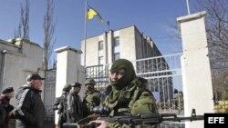 Un soldado armado sin identificar, presuntamente ruso bloquea la entrada a la base naval ucraniana de Novoozerniy, cerca de Feodosia, a las afueras de Simferópol, en la península ucraniana de Crimea.
