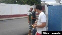 Fundación por los Derechos LGBT en Cienfuegos distribuye folletos informativos.