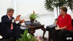 La presidenta brasileña, Dilma Rousseff (d), se reúne con el secretario de Estado de EE.UU., John Kerry (i), hoy, martes 13 de agosto de 2013, en el Palacio de Planalto en Brasilia, Brasil