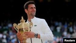Novak Djokovic con el trofeo de Wimbledon. REUTERS/Andrew Couldridge.