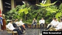 Raúl Castro junto a los delegados del gobierno de Colombia y de las FARC.