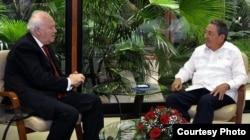 El ministro de Exteriores del Gobierno del PSOE, Miguel Ángel Moratinos, recibido por Castro.