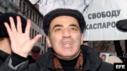 El ex campeón mundial de ajedrez y líder opositor ruso, Garry Kasparov, saluda a sus partidarios después de su liberación tras cinco días de cárcel, en Moscú, Rusia.