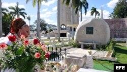 Pilar Córdoba ante tumba de Fidel Castro
