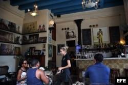 Varias personas permanecen en un café el 1 de agosto de 2017, en La Habana (Cuba).