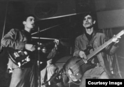 En esta foto de 1969, Mike Porcel (izq) junto al bajista Raúl Pastora en Los Dada.