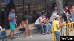 Reporta Cuba Jóvenes conectándose a Wi Fi en areas de la cpaital donde ofrecen el servicio.