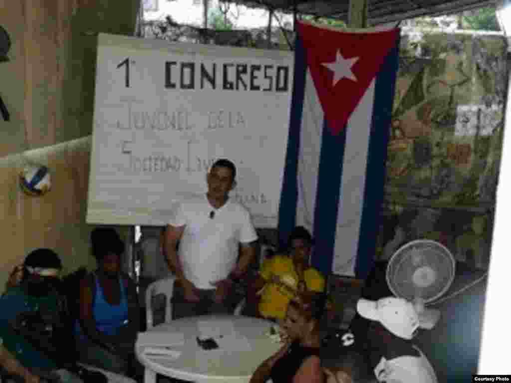 Jóvenes cubanos celebran su primer congreso independiente.