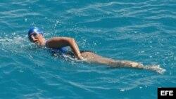 Fotografía facilitada por el departamento de Florida Keys que muestra a la nadadora estadounidense Diana Nyad.