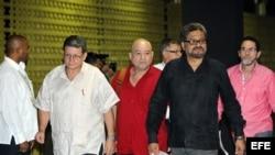 El jefe del equipo negociador de las Fuerzas Armadas Revolucionarias de Colombia (FARC), Luciano Marín Arango (d), alias Iván Márquez.