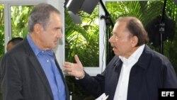 Fotografía cedida por CNN, que muestra al presidente de Nicaragua, Daniel Ortega (d), durante una entrevista con el periodista Andrés Oppenheimer el lunes 30 de julio de 2018, en Managua (Nicaragua).