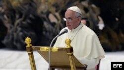 El Papa Francisco se dirige a los caballeros de la Orden Ecuestre del Santo Sepulcro a su llegada a la audiencia.