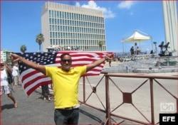 Daniel Llorente frente a la Embajada de EEUU en La Habana, el 14 de agosto de 2015. (Captura de Foto publicada en OnCuba)