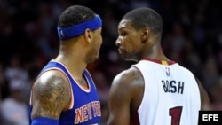 Carmelo Anthony (i) de los Knicks de Nueva York y Chris Bosch (d) del Heat de Miami.