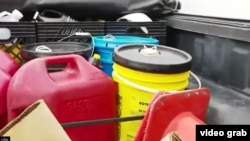 Recipientes llenos de gasolina adquirida con tarjetas falsas, esperando para ser revendida.