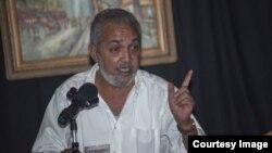 El poeta Víctor Manuel Domínguez mientras presenta su libro en la Casa del TéAtro, ubicada en 752 SW 10th Avenue, en Miami.