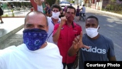 José Díaz Silva, al frente con pañuelo azul, junto a otros opositores de su movimiento.