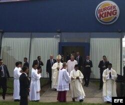 El papa Francisco utiliza un local con el emblema del Burger King como sacristia antes de la misa.