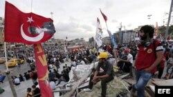 Varios activistas turcos ondean bandera nacionales en el parque Gezi, situado junto a la plaza Taksim, en Estambul, Turquía.