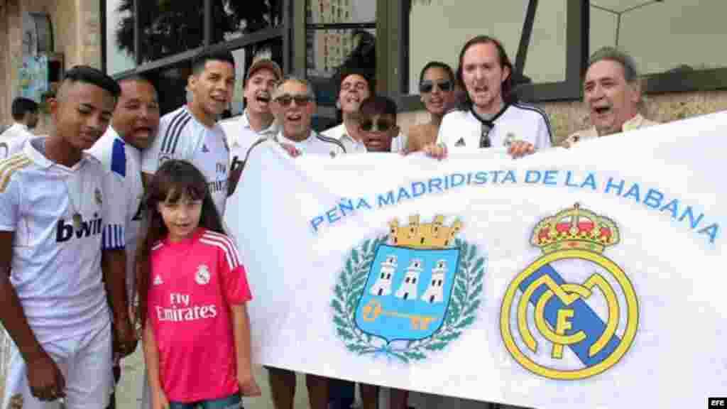 Integrantes de la peña del Real Madrid posan para la fotografía hoy momentos antes de comienzo del partido.