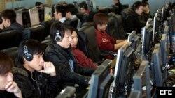 Jóvenes chinos en un cibercafé en Pekín, China.