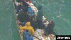 Balseros interceptados por la Guardia Costera. En el grupo viajaban dos embarazadas.