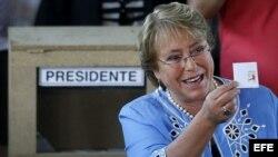 La candidata por Michelle Bachelet emite su voto, hoy 15 de diciembre de 2013.