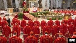 """Los 115 cardenales asisten a la misa votiva """"Pro eligendo Pontifice"""" previa al comienzo del cónclave."""