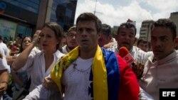 El dirigente opositor venezolano Leopoldo López se entregó a miembros de la Guardia Nacional (GNB, policía militarizada) el 18 de febrero de 2014, en una plaza en Caracas (Venezuela).