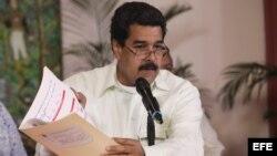 Tras su llegada al aeropuerto de Maiquetía Maduro mostró documentos firmados por Chávez
