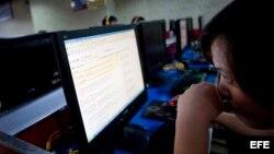 Una usuaria china utiliza el buscador de Google en un café con acceso a Internet en Pekín, China.