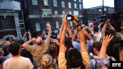 """Un grupo de personas celebra el nacimiento del """"bebé real"""" hoy, lunes 22 de julio de 2013, a las afueras del hospital St. Mary en Londres (Reino Unido)."""