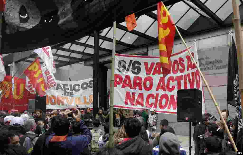 Manifestantes protestan al frente del Ministerio de Trabajo en Buenos Aires (Argentina).