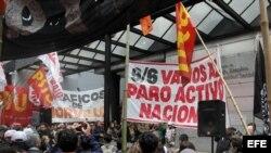 Manifestantes protestan al frente del Ministerio de Trabajo en Buenos Aires.