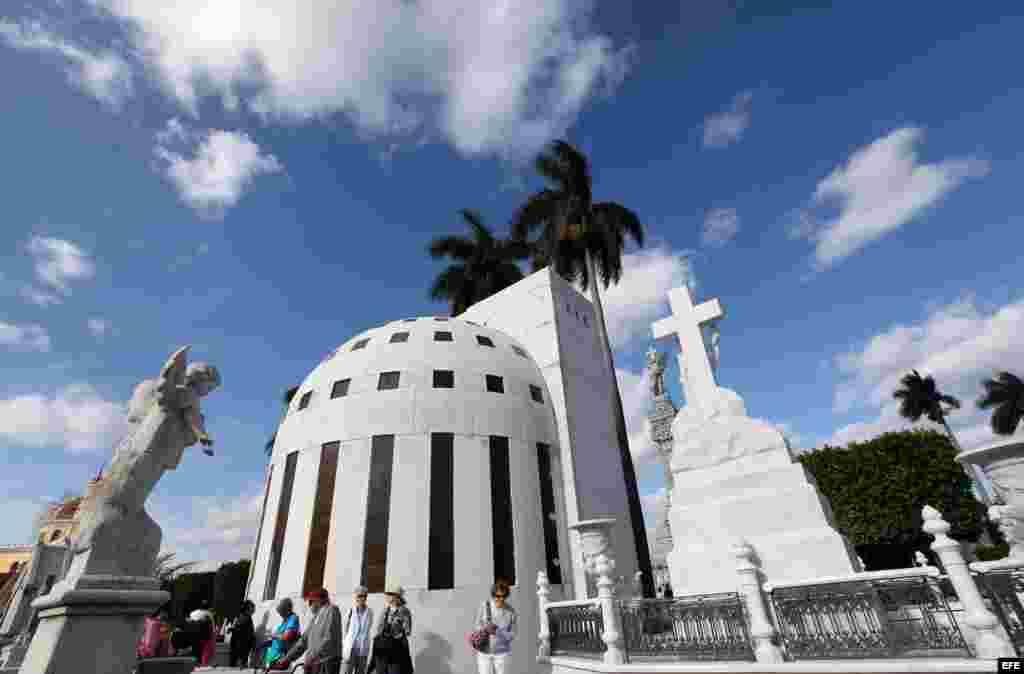 Un panteón de estilo Art Deco en el Cementerio Colón de la capital cubana.