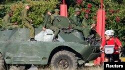 Soldados cubanos sobre un BRDM-2. REUTERS/Desmond Boylan